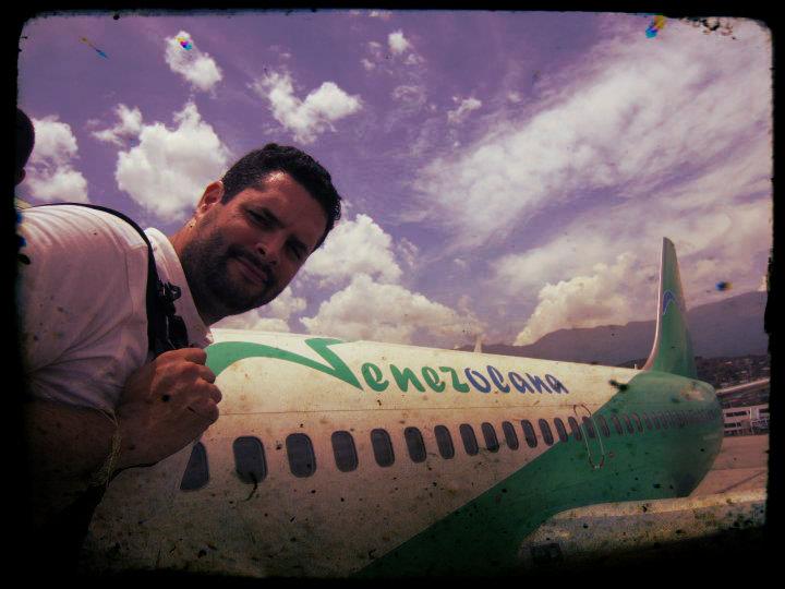 Alejandro Zamarro a punto de tomar un avión de Venezolana