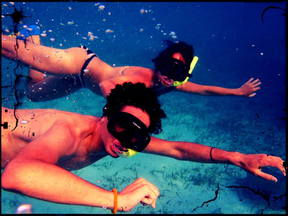 Kalipo y Marta buceando en Caye Ambergris, Belice
