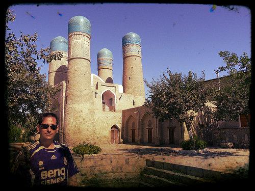 Sele posa junto a la mezquita de Chor Minor, en Bukhara (Uzbequistán)