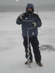 Pescando en un lago helado en Bielorrusia